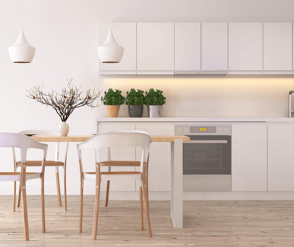 weiße Einbauküche mit Essbereich
