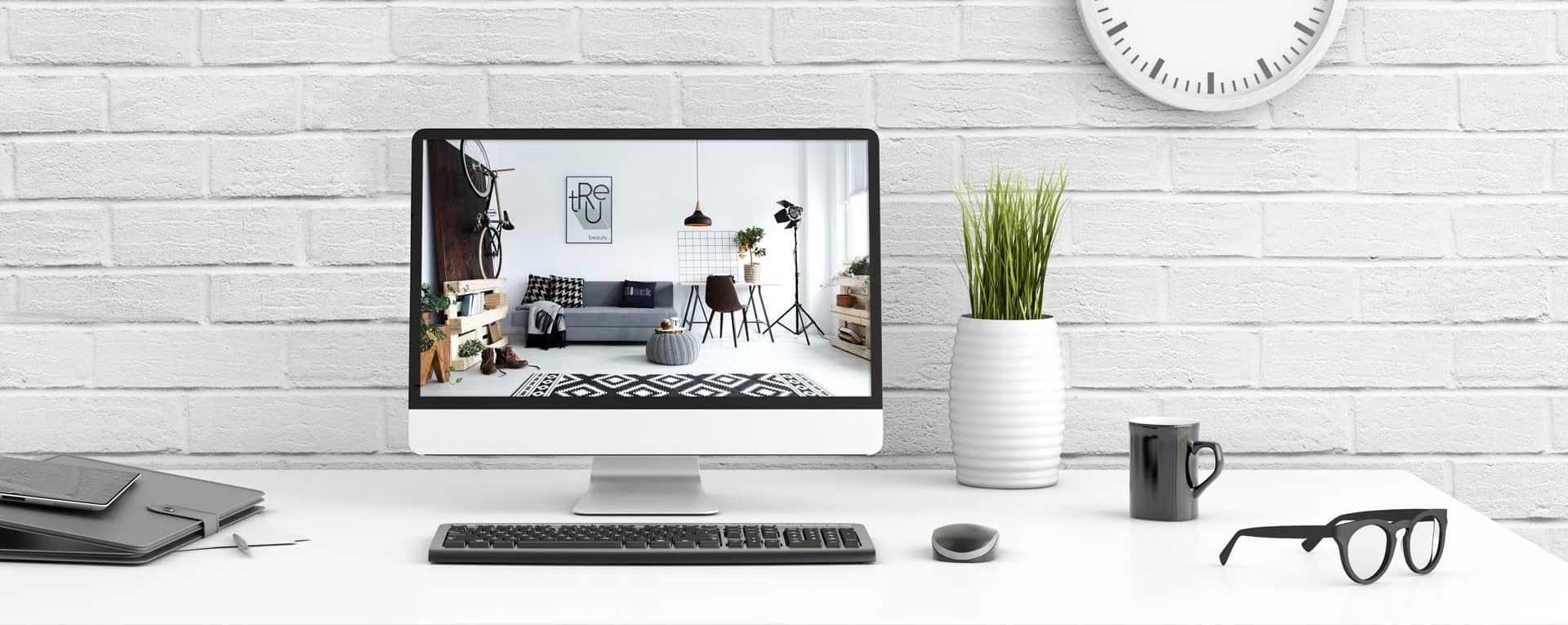 ROOMHERO-Schreibtisch vor einen weißen Mauerwand